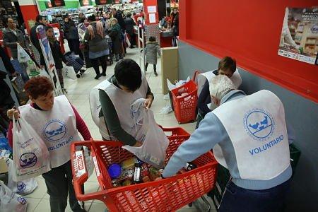 Recogida de banco de alimentos en el Eroski FOTO LUIS ANGEL GÓMEZ