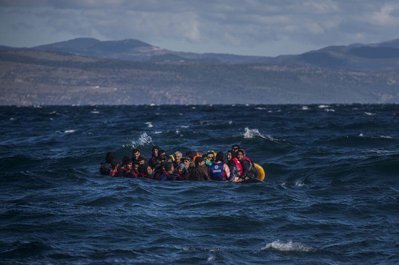 Un bote con refugiados llega a la isla griega de Lesbos procedente de Turquía. Foto / SANTI PALACIOS