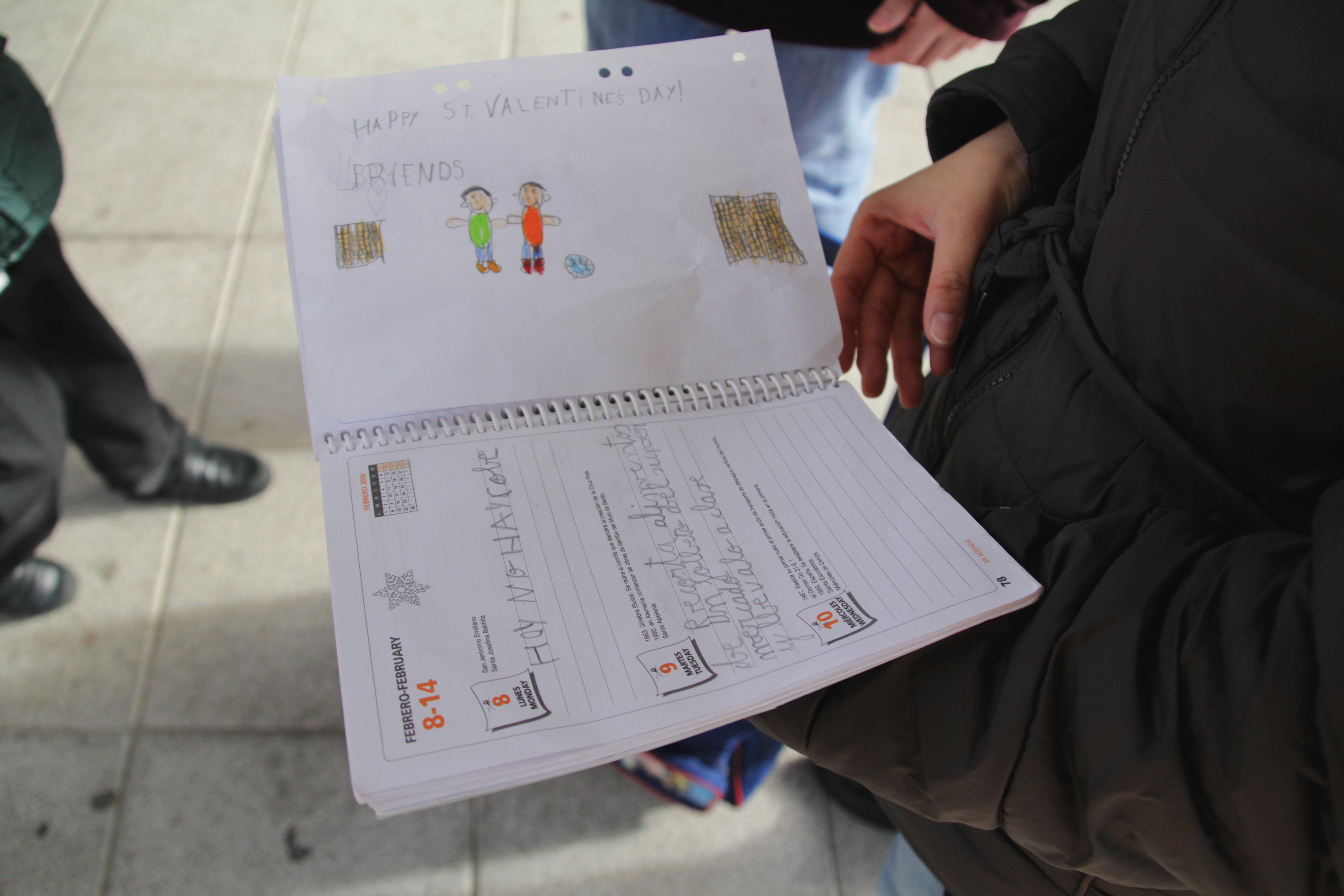 A la salida del colegio, Yuly habla con las profesoras de los niños y comprueba sus deberes.
