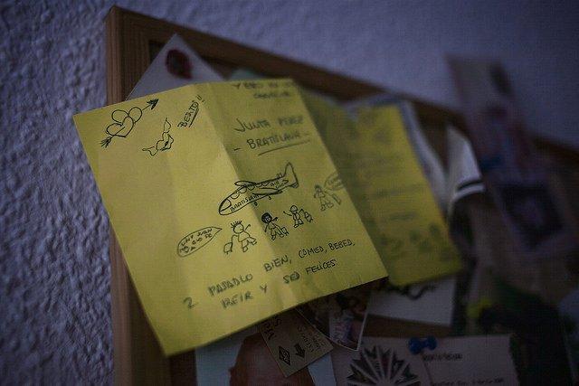 Dibujos en la habitación de Julia en el extranjero. Foto / GABRIEL PECOT