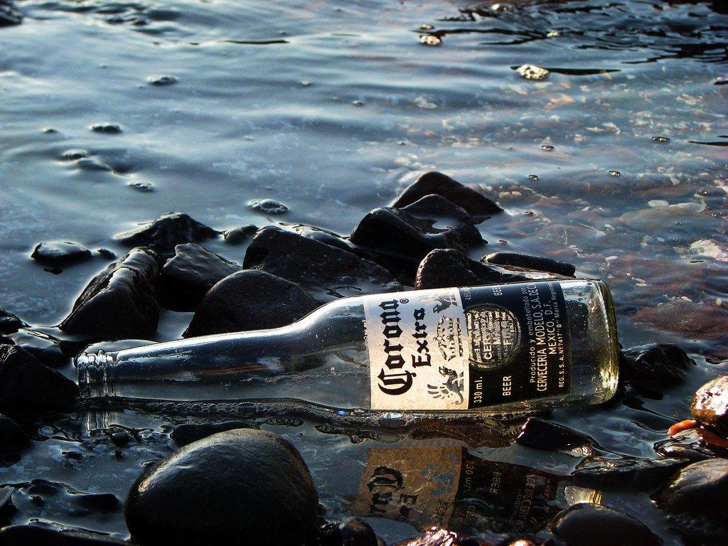 Una botella tarda 450 años en descomponerse. ¿La tirarás al mar?