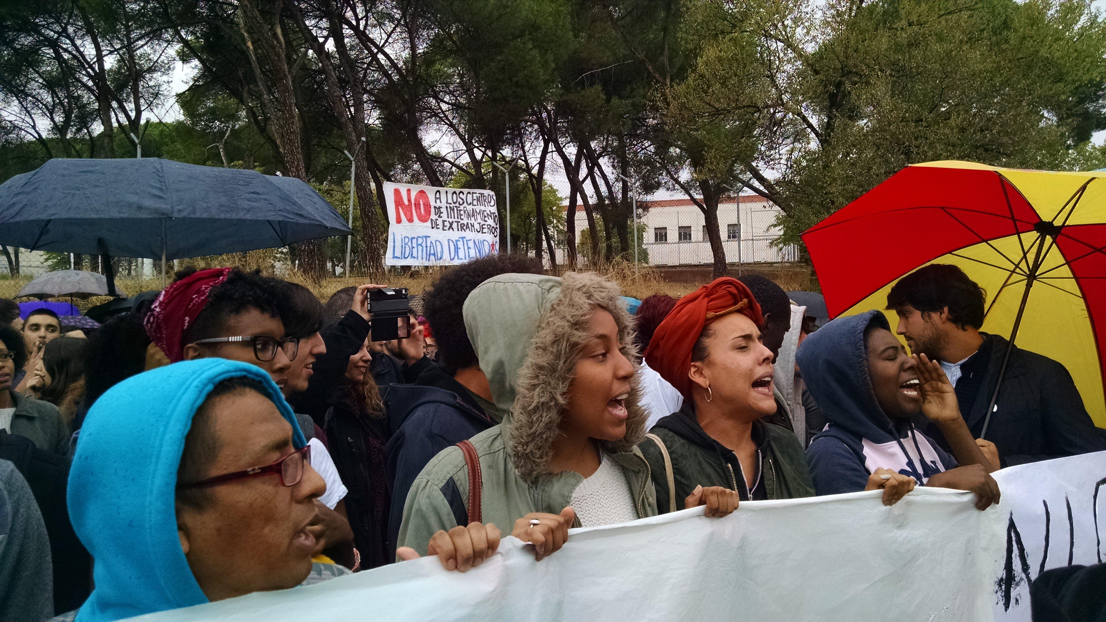 Concentración ante el CIE de Aluche el 19 de octubre de 2016. Foto / LAURA TÁRRAGA