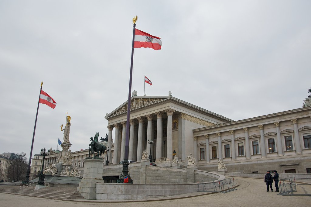 PorCausa estudia el caso del nuevo gobierno en Austria, que incluye a un partido de origen neonazi (FPÖ) con un programa y discurso antimigración evidente.