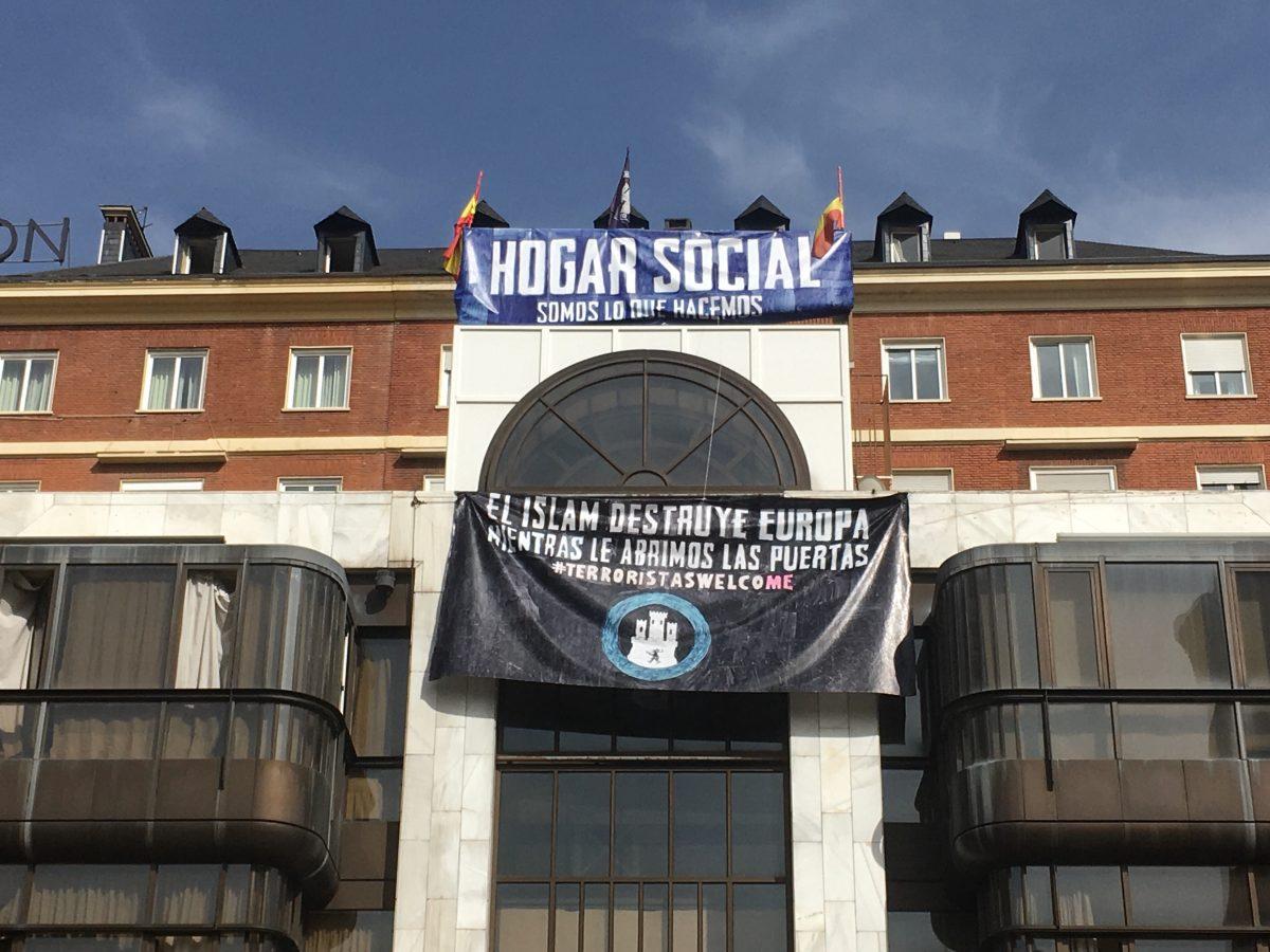 Pancartas desplegadas en el edificio ocupado por Hogar Social en Madrid, en agosto de 2017.