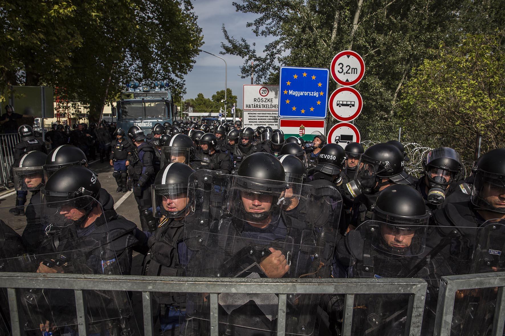 Frontera entre Serbia y Hungria. En el lado Serbio. Miles de refugiados atrapados en la frontera entre Serbia y Hungria intentaron acceder a Hungria pero la policia de ese pais se lo impidio. Decenas de personas se enfrentaron entonces para a los antidisturbios en la frontera.