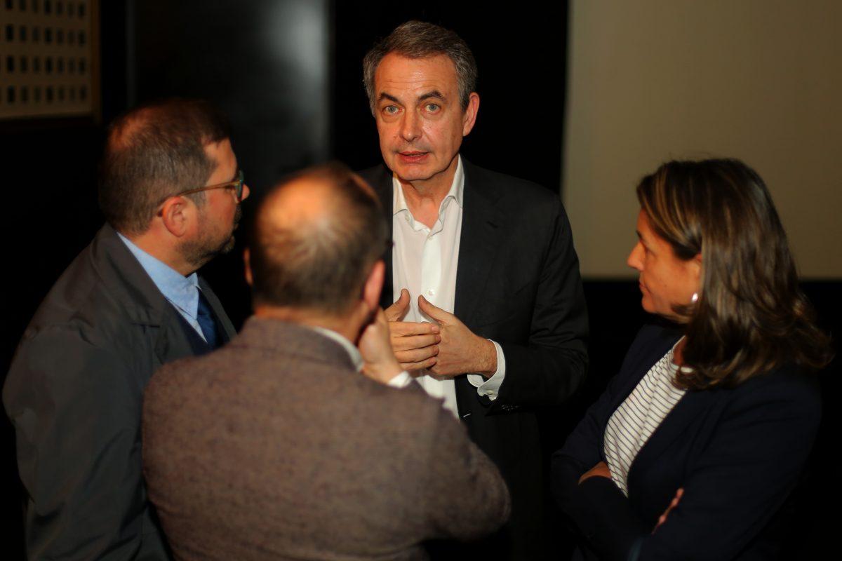 José Luis Rodríguez Zapatero charla con otros invitados en el estreno de 'Marea humana'. Foto / Natalia Diez