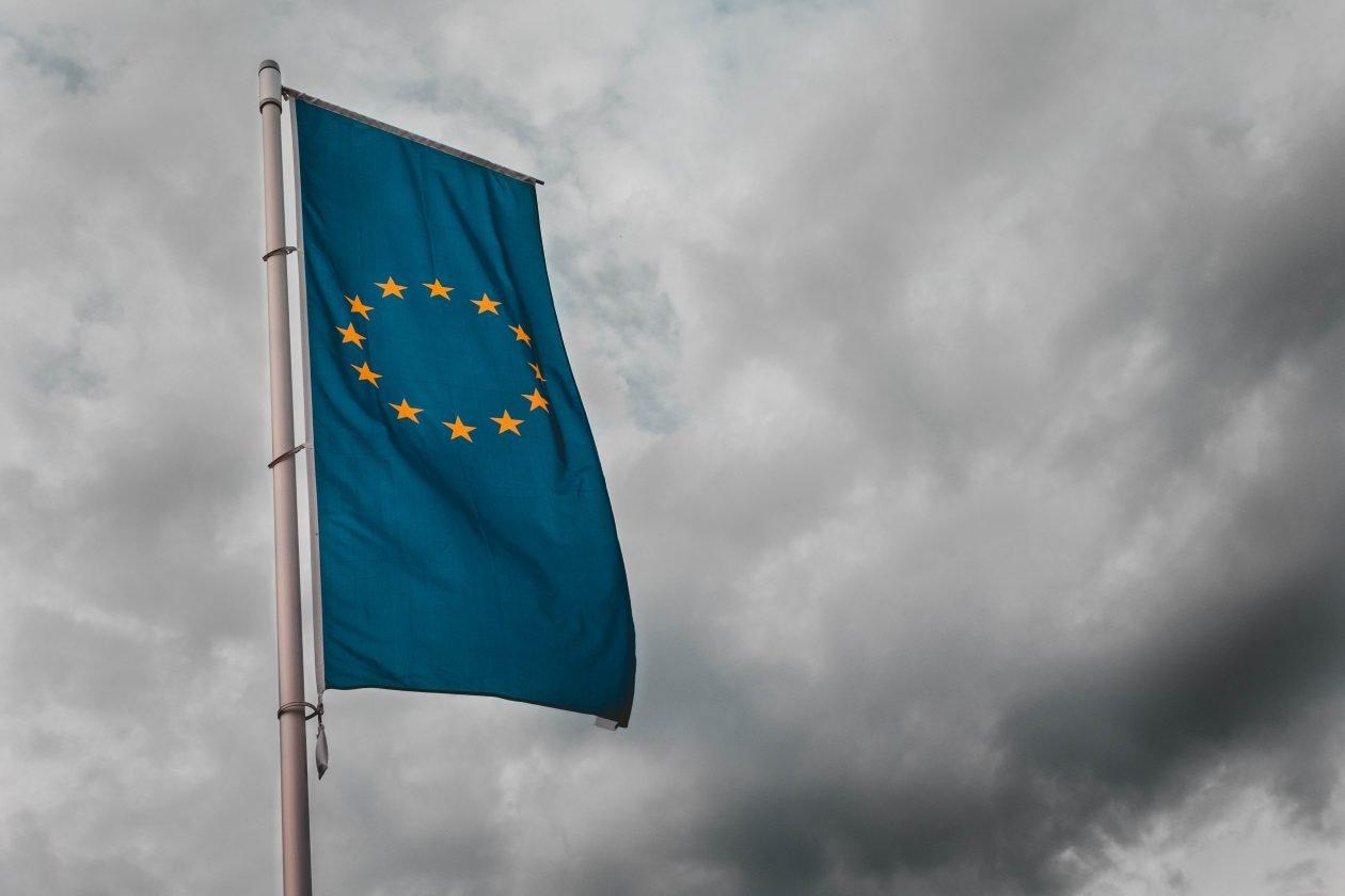 Fundación porCausa analizamos cuál es el contexto y lo que está en juego en estas Elecciones Europeas ante el auge del discurso antimigratorio.